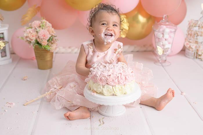 Photographe bébé à Tullins près de Voiron et Grenoble   Photo de bébé 1 an anniversaire, portrait d'une bébé fille qui mange des oranges dans son bain de lait