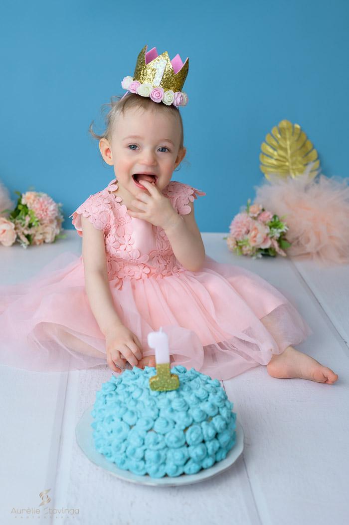 Photographe bébé à Tullins près de Voiron et Grenoble   Photo de bébé 1 an anniversaire, Smash the cake, bébé fille aux yeux bleus rigole devant son gâteau bleu