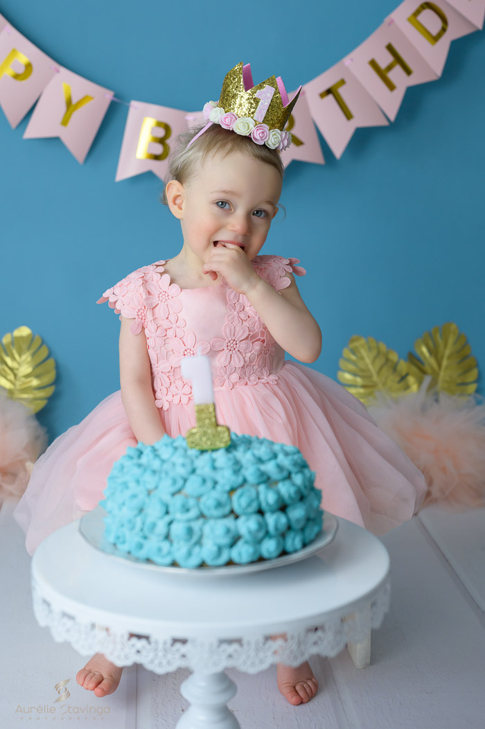 Photographe bébé à Tullins près de Voiron et Grenoble   Photo de bébé 1 an anniversaire, Smash the cake, bébé fille aux yeux bleus devant son gâteau bleu