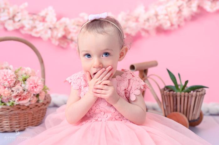 Photographe bébé à Tullins près de Voiron et Grenoble   Photo de bébé 1 an anniversaire, Smash the cake, bébé fille aux yeux bleus en robe rose sur fond rose