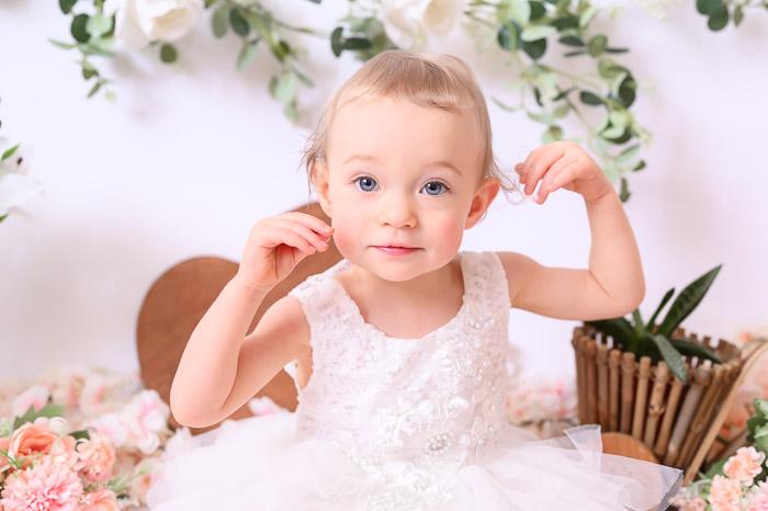 Photographe bébé à Tullins près de Voiron et Grenoble   Photo de bébé 1 an anniversaire, Smash the cake, bébé fille aux yeux bleus sur fond blanc