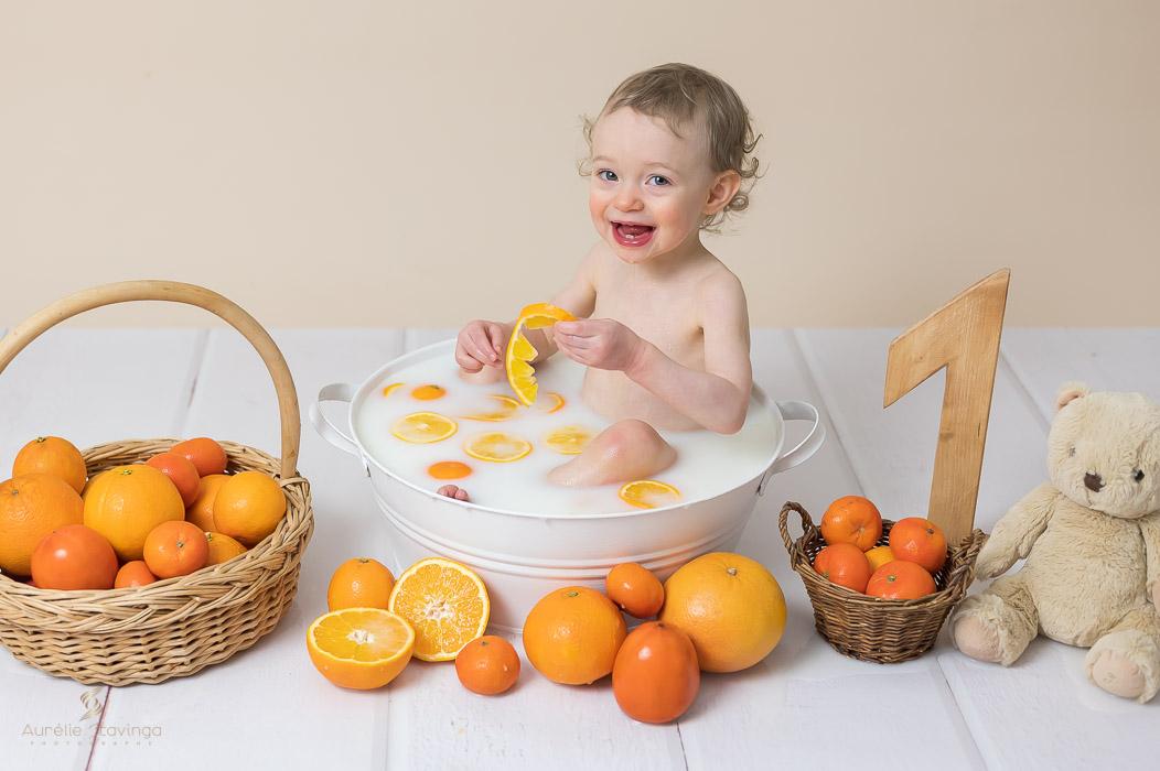 Photographe bébé à Tullins près de Voiron et Grenoble   Photo de bébé 1 an anniversaire, bébé fille dans son bain de lait fête son premier anniversaire