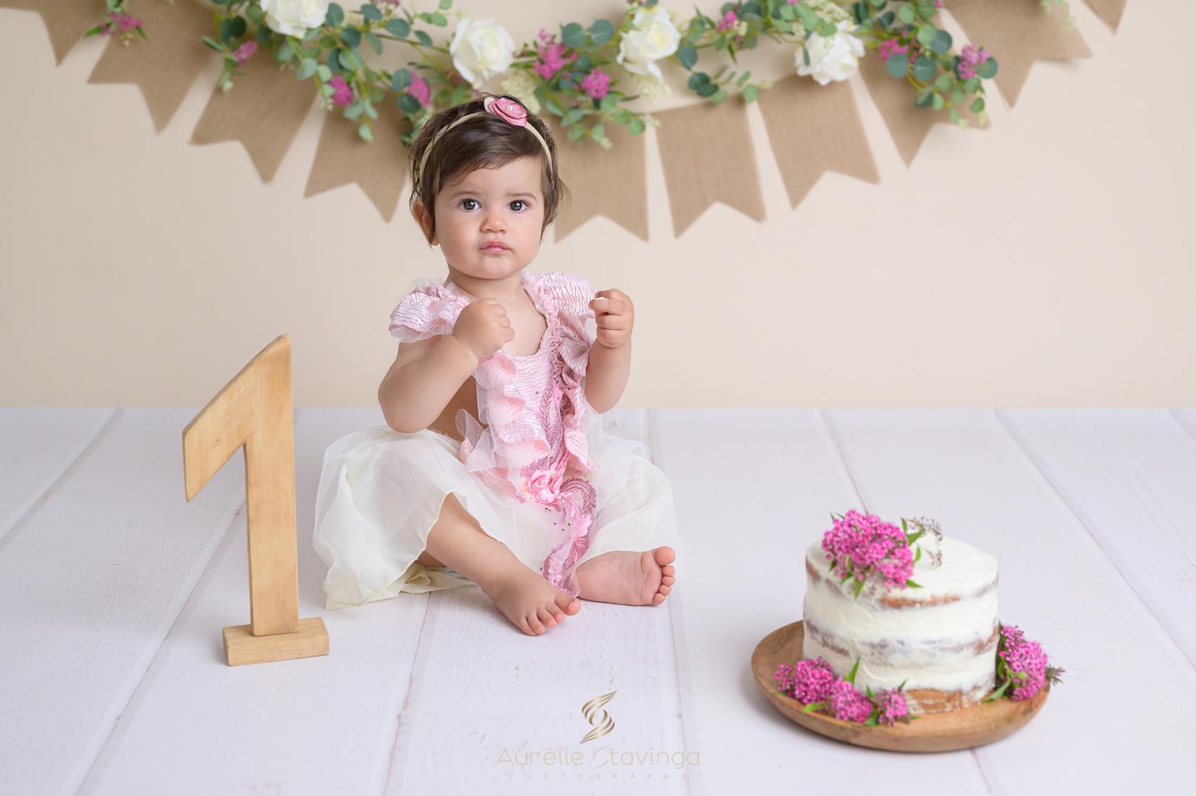 Photographe bébé à Tullins près de Voiron et Grenoble, Bébé 1 an anniversaire smash the cake rose fleurs