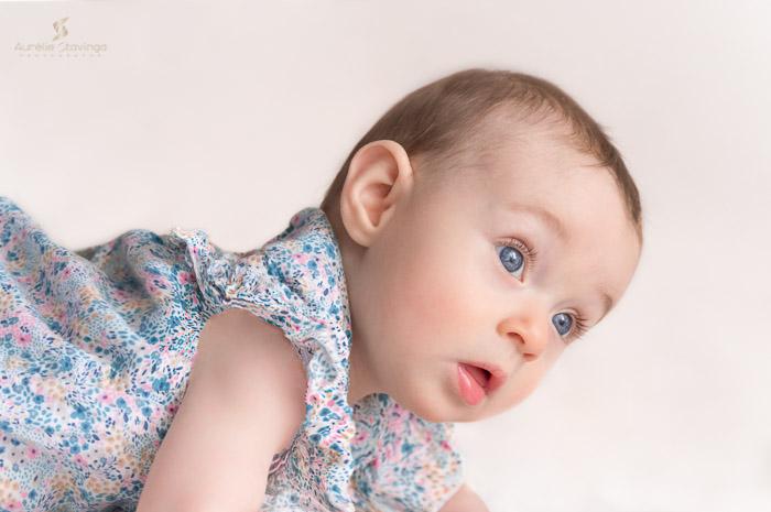 Photographe bébé à Tullins près de Voiron et Grenoble   Photo de bébé 3-6 mois, bébé fille au yeux bleus en robe fleurie