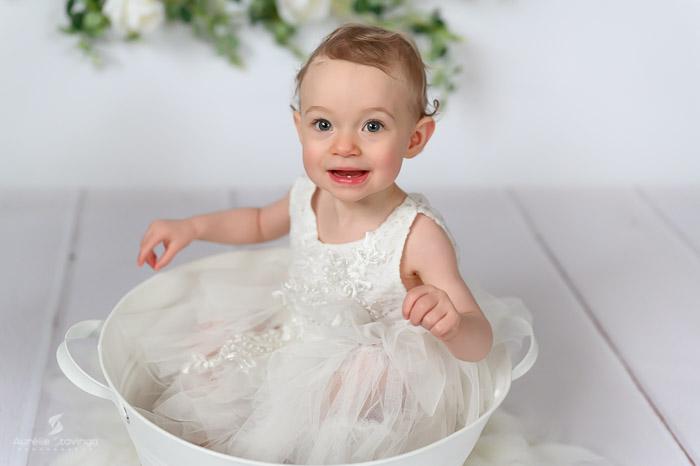 Photographe bébé à Tullins près de Voiron et Grenoble | Photo de bébé 8-10 mois, bébé fille dans un contenant blanc