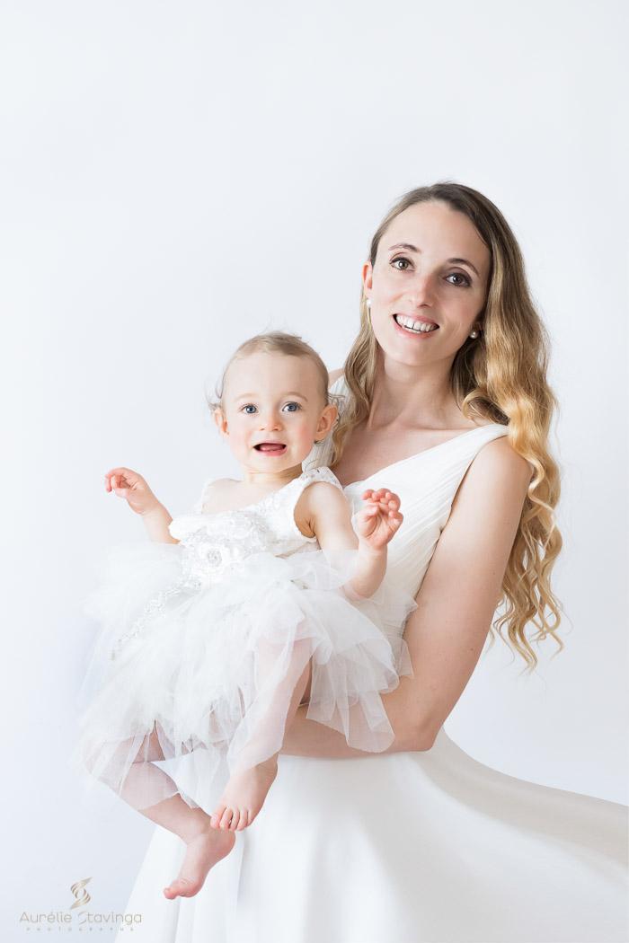 Photographe bébé maman à Tullins près de Voiron et Grenoble. Bébé et maman en robes blanches avec de grands sourires