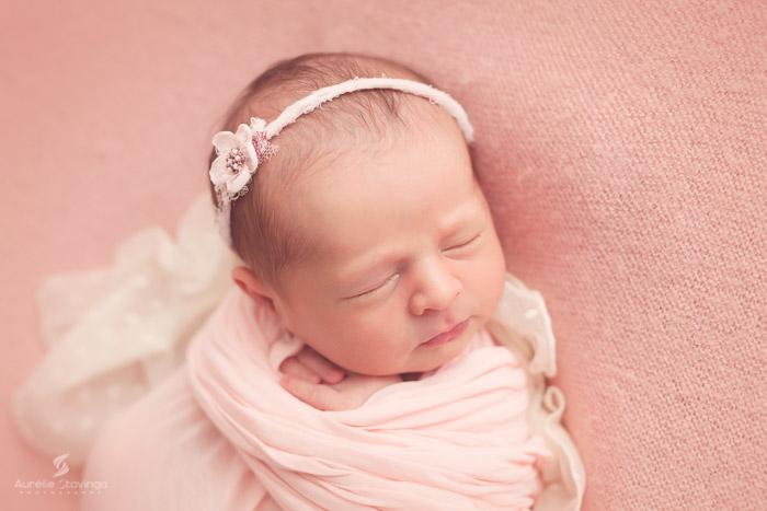 Photographe de naissance à tullins près de Grenoble et Voiron, Aurélie Stavinga, Photo bébé rose